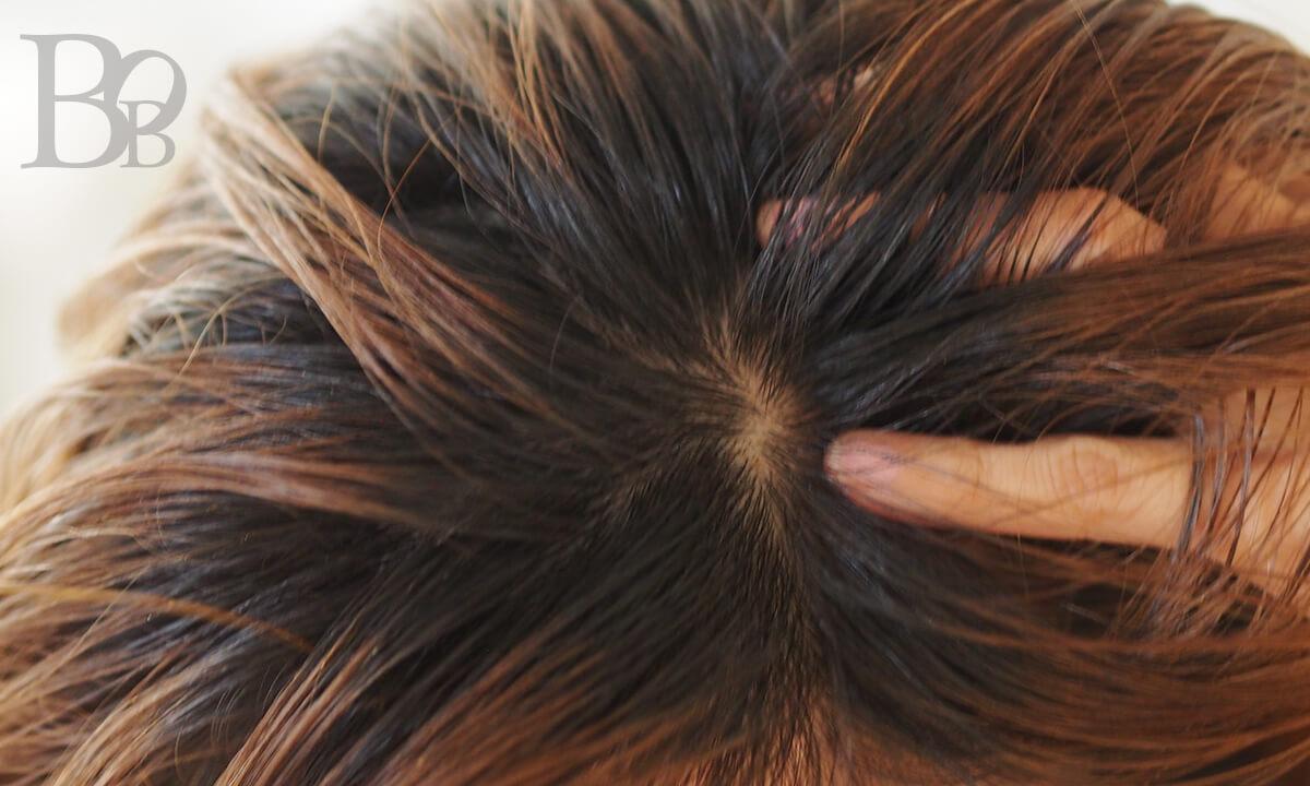 頭皮のオイルクレンジングのやり方イメージ1-あらかじめブラッシングした頭皮にオイルをつけて行く