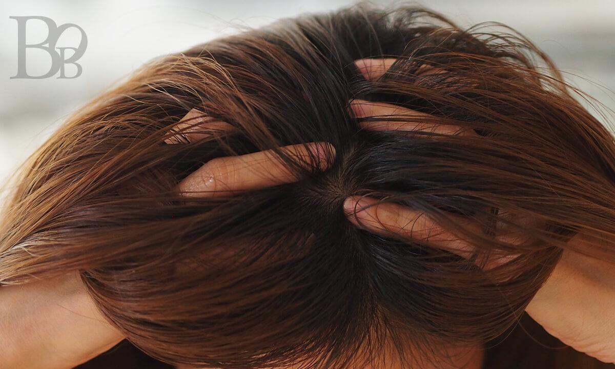 頭皮のオイルクレンジングのやり方イメージ2-オイルをつけたら優しく指の腹でマッサージ