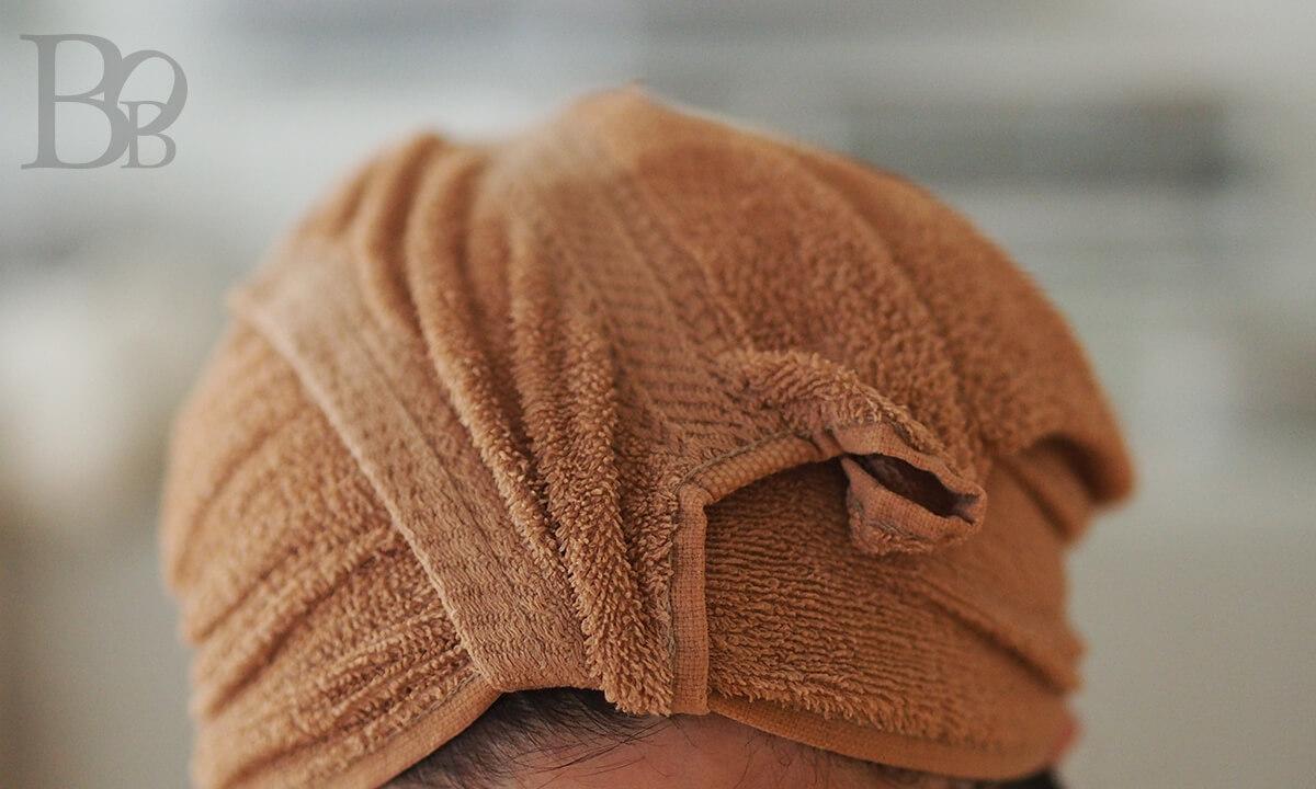 オイルでクレンジングをしたら、ホットタオルで頭を蒸します